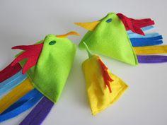 Kolmosluokklaiset tekivät tänään ompelukoneella pienet kanaset. Työssä oli myös hyvä harjoitus: napin ompeleminen. Tässä kokonainen perhe!  ...