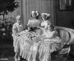Oesterreich-Teschen, Maria Christina Erzherzogin von - Germany*17.11.1879-+- children of the heir to the throne 'zu Salm-Salm'standing: Isabelle zu Salm-Salm (*1903), Rosemary zu Salm-Salm (*1904-2001+), Nikolaus XIII. zu Salm-Salm (*1906-1988+), sitting: Caecilie zu Salm-Salm (*1911-1991+) und Franz zu Salm-Salm (*1912-1917+) - Photographer: Kantze- Published by: 'Dame' 03 / 1913Vintage property of ullstein bild