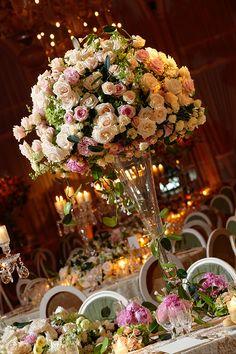 28. Centro de mesa alto con 100 rosas