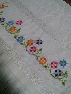 Really nice Cross-Stitch towel symmetrical patterns. Cross Stitch Borders, Cross Stitch Flowers, Cross Stitch Designs, Cross Stitching, Cross Stitch Embroidery, Cross Stitch Patterns, Embroidery Hoop Decor, Hand Embroidery Designs, Embroidery Patterns
