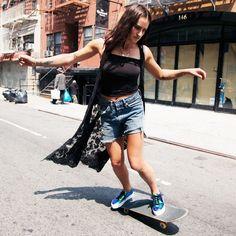 look-street-style-garota-esportiva-com-skate-blusa-tomara-que-caia