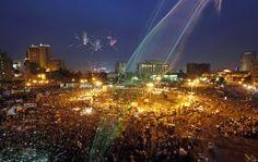 Fuegos artificiales sobre vuelan a millones de manifestantes en contra del gobierno militarista en la plaza Tahrir en el Cairo, Egipto (Khalil Hamra / AP Photo)
