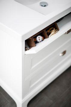 I underskåpen i serien Solvik har vi till exempel hittat ett tidigare outnyttjat utrymme alldeles under tvättstället, som med lite finurlighet blev ett smart förvaringsfack för dina småprylar. Aspen / Badrum / Solvik / Skandinavisk / Design / Vit / Bathroom / Swedish / Scandinavian / Bathroom furniture / White