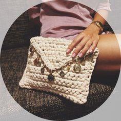 Bolso de mano hecho con trapillo, con tapa de pico y adornado con monedas (doradas o plateadas dependiendo del color del bolso). Medidas aproximadas: