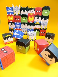 Caixa cubo para doces com rosto de super-heróis: Hulk, Mulher Maravilha, Thor, Super Homem, Homem de Ferro, Batman, Capitão América e Homem Aranha. Hulk Party, Batman Party, Superhero Birthday Party, 4th Birthday Parties, Boy Birthday, Anniversaire Wonder Woman, Kit Scrapbook, Packaging Box, Niklas