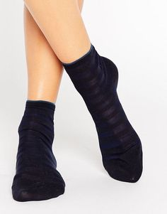Get this Falke's basic socks now! Click for more details. Worldwide shipping. Falke Navy Blue Poplin Short Sock - Navy: Socks by Falke, Cotton-rich knit, Ribbed cuffs, Striped design, Ankle length, Machine wash, 75% Cotton, 25% Polyamide. Founded in 1895, family run Falke look to innovation and sophisticated design to create their luxury hosiery line. Consistently developing their collections, Falke look to premium finishes and fabric blends to create their extensive line of socks and…
