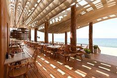Design aus Holz - Dielenboden, Holzmöbel und Stütze aus Holz