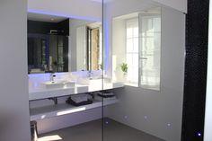 Salle de bain blanche et grise - La Ferme de Kerscuntec - Chambre d'hôte de charme - Finistère - Bretagne - Chambre Belle Ile en Mer - http://www.lafermedekerscuntec.fr