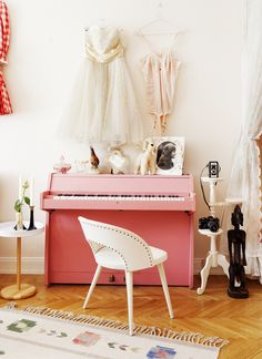 Pink piano for kids room Kid Spaces, Living Spaces, Pink Piano, Casa Kids, Painted Pianos, Piano Room, Interiores Design, Home Living Room, Home Decor Inspiration
