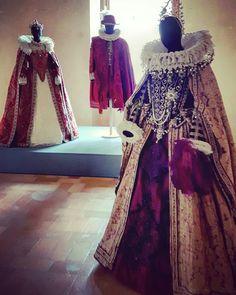 Calendimaggio di Assisi: la festa cittadina più importante. Questo costume dell'epoca del '600 rappresenta la ricostruzione lustra e veritiera: sete pesanti, ricamati con le pietre dure e perle, e in fine, la costruzione che tiene in piedi i colletti incredibili che andavano di moda. Il vestito è in mostra gratuita. #calendimaggio #assisi #rinascimento #fashonblogger  #costumedepoca #silk #moda #fashion #artisan #fashion #fashiongram #red #rosso #vestito #particolare #story #vintage…