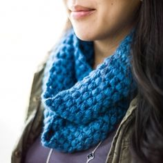 Stay warm during these chillier months with a crocheted puff stitch cowl!  Free pattern available!