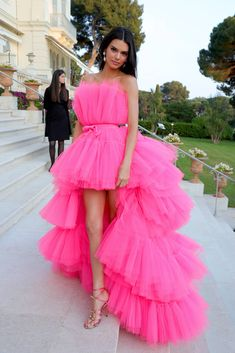 Kendall Jenner Style 601934306428453765 - Kendall Jenner en robe en tulle rose vif Giambattista Valli X H&M Source by tessetlouloubff Kendall Jenner Estilo, Kendall Jenner Outfits, Cheap Formal Dresses, High Low Prom Dresses, Tulle Dress, Pink Dress, Dress Up, Bright Dress, Easy Style