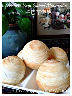 INTRODUCTION My mooncake series is toward the end this year and I felt that the mooncake series is not complete without the so called Teochew Spiral Yam mooncake. This is a mooncake that are rather… Thai Dessert, Dessert Dishes, Dessert Recipes, Yummy Recipes, Recipies, Chinese Deserts, Chinese Food, Asian Desserts, Asian Recipes