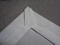 Bom dia, florzinhas.   Andei pesquisando e até fiz uma aulinha para aprender a fazer o Canto Mitrado. Encontrei este abaixo no blog da Ciná... Sewing Hacks, Sewing Tutorials, Sewing Crafts, Sewing Projects, Drawn Thread, Mitered Corners, Penny Rugs, Learn To Sew, Sewing Techniques