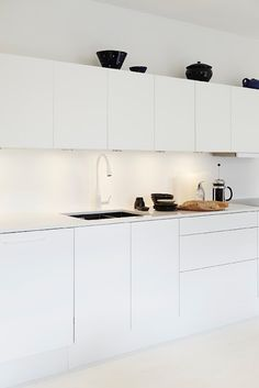 37 Functional Minimalist Kitchen Design Ideas DigsDigs The post 37 Functional Minimalist Kitchen Design Ideas Di… appeared first on Best Pins for Yours - Kitchen Decoration Kitchen Dinning, New Kitchen Cabinets, Kitchen Decor, Kitchen Furniture, Wood Furniture, Kitchen Appliances, Minimalist Kitchen Interiors, Minimal Kitchen, Kitchen White