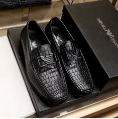 0f996f3509cb ARMANIアルマーニ通販偽物メンズシューズ高級本革ローファービジネス用シューズ紳士靴になります。フロントの金属ロゴ付きがポイントです。