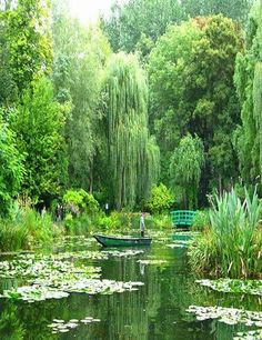 20 of the most beautiful places to visit in France Giverny – Planted by Monet himself (which inspired so many of his famous paintings) features white and purple wisterias, water lilies, weeping willows, bamboo and the iconic green Japanese bridge Beautiful Places To Visit, Cool Places To Visit, Beautiful World, Beautiful Gardens, Amazing Places, Beautiful Beautiful, Giverny France, Parcs, Water Lilies