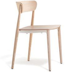 Nemea è una collezione di sedute dalle forme classiche. La sedia sembra protesa in uno scatto atletico, con le sinuose gambe in massello di frassino innestate al nudo telaio in pressofusione di alluminio posto sotto il sedile in multistrato.