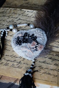 "Купить кулон ""Музыка сердца"" - белый, кулон, вышитый кулон, вышитое украшение, винтажное украшение"