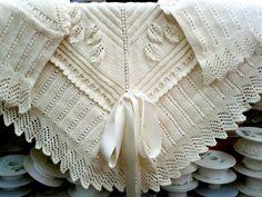 """Baby shawl, link to pdf in Spanish at the bottom of the blog entry ~ """"Mantón"""" or """"Toquilla para bebé"""" by el hogar de las lanas"""