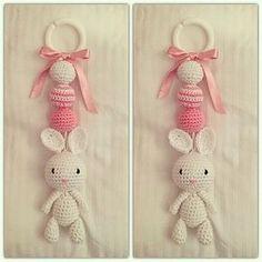 Det här är bland de sötare sakerna jag virkat tror jag! En kanin kombinerat med söta rosa detaljer! Perfekt att hänga på vagnen till en lite...