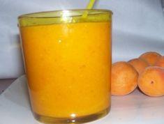 4 albicocche morbide  2 pesche morbide  1 mela gialla  1/2 pera gialla  1 cucchiaino di semi di lino  1/2 bicchiere di succo di mele  1/3 bicchiere di acqua minerale o 1 cubetto di ghiaccio