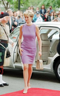 Click through the gallery to see some of the best iconic Diana's looks over the years. Dicover more than 40 looks of princess diana style and how to replicate today. Princess Diana Fashion, Princess Diana Family, Princess Diana Pictures, Princes Diana, Royal Princess, Royal Fashion, Look Fashion, Oppa Gangnam Style, Actrices Sexy