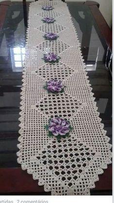 Caminho de mesa - Decoration Fireplace Garden art ideas Home accessories Crochet Table Runner Pattern, Crochet Placemats, Crochet Doilies, Crochet Flowers, Crochet Lace, Crochet Bookmark Pattern, Crochet Bookmarks, Doily Patterns, Knitting Patterns