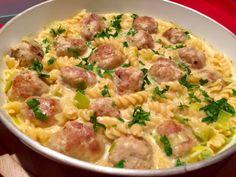 Serowy garnek z klopsikami Bardzo szybkie i mega pyszne danie, które wykonamy w jednym garnku. Soczyste klopsiki z mięsa mielonego duszone z makaronem i utopione w sosie serowym to danie, którym z pewnością nasyci się cała rodzina. Polecam!  Składniki: 30 dkg wieprzowego mięsa mielonego 1 cebula 1 łyżeczka ostrej musztardy 1 łyżka bułki tartej …