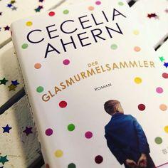 """Cecelia Aherns neuer #Roman """"Der Glasmurmelsammler"""" ist da und wir haben ihn für euch rezensiert. Eine herzergreifende #Geschichte über einen Vater, seine Tochter und eine Murmelsammlung, mit ernstem Hintergrund. Vater Ferguson erleidet einen Schlaganfall und lebt seitdem in einem Pflegeheim. Derweil befindet sich Tochter Sabrina in einer unglücklichen Ehe und ihr Job scheint auch nicht das Wahre zu sein. Als sie die Murmelsammlung ihres Vaters entdeckt, kommen so einige #Geheimnisse zum…"""