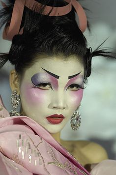 Pat Mcgrath Make Up Artist geisha girl Geisha Makeup, Eye Makeup, Runway Makeup, Asian Makeup, Catwalk Makeup, Makeup Geek, Hair Makeup, Christian Dior Maquillage, Christian Dior Makeup