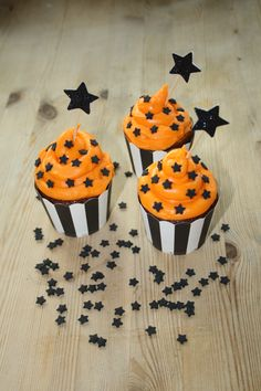Halloween Cupcakes Orange frosting takes these beautiful Halloween cupcakes to the next level: straight to the milky way!Orange frosting takes these beautiful Halloween cupcakes to the next level: straight to the milky way! Halloween Desserts, Halloween Cupcakes, Gateau Theme Halloween, Spooky Halloween, Halloween Backen, Bolo Halloween, Postres Halloween, Halloween Goodies, Halloween Food For Party