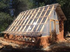 How to make the small greenhouse? There are some tempting seven basic steps to make the small greenhouse to beautify your garden. Best Greenhouse, Backyard Greenhouse, Greenhouse Plans, Greenhouse Wedding, Pallet Greenhouse, Greenhouse Film, Underground Greenhouse, Homemade Greenhouse, Portable Greenhouse