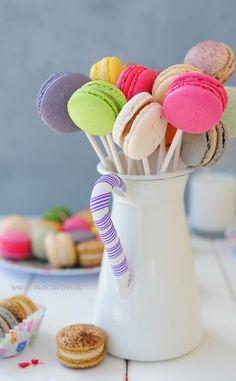 Macarons Pop! Receta completa aquí (sólo queda agregarle el palito):  http://dulzuradepapel.wordpress.com/2013/09/24/receta-de-macarons-para-fiestas/