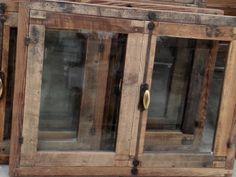 Finestre nate da un'attenta selezione e lavorazione di tavole antiche in larice in prima patina. La trasformazione del legno recuperato è stata eseguita rigorosamente a mano.  Tutta la ferramenta è in ferro battuto forgiato a mano, su imitazione dell'originale. #ateliertonini