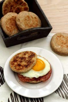 Voici la recette pour réaliser soit même les muffins anglais, top pour un petit-déjeuner ou brunch, salé ou sucré. La recette est vraiment facile et la cuisson se fait à la poêle, un bon moyen de faire soit même son pain même sans four. D'ailleurs les...