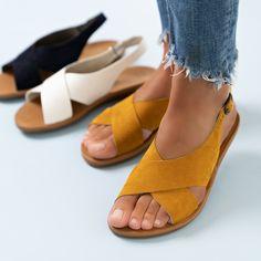 Wer einen komfortablen und gleichzeitig trendigen Schuh sucht, liegt mit diesen SUPER SOFTEN Sandalen von Paul Green genau richtig. Hochwertiges Nubukleder in Curry-Gelb prägt mit dem überkreuzten Riemen an der Vorderkappe die moderne Silhouette. Für ein traumhaftes Laufgefühl sorgt die super softe Verarbeitung aus Leder. Ein perfekter Begleiter an warmen Sommertagen! Paul Green, Pumps, Curry, Silhouette, Shopping, Shoes, Fashion, Sandals, Addiction