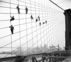 Ikonenhafte Aufnahme von 1914: Mehr als ein halbes Dutzend Maler hängt in den Seilen der Brooklyn Bridge - festgehalten vom langjährigen offiziellen Fotografen der Baubehörde, Eugene de Salignac.