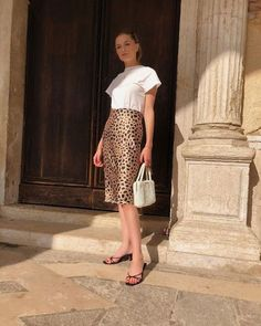 Christie Tyler Gives Us Another Chic, Everyday Summer Look (Le Fashion) Jupe Midi Leopard, Leopard Skirt Outfit, Leopard Print Skirt, Midi Rock Outfit, Midi Skirt Outfit, Skirt Outfits, Midi Skirts, Parisian Style, Satin Dresses