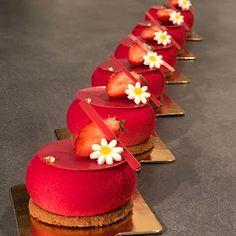 recette de l'entremets fraise coco verveine Zumbo's Just Desserts, Small Desserts, Gourmet Desserts, Fancy Desserts, Plated Desserts, Delicious Desserts, Dessert Recipes, Graduation Desserts, Beautiful Desserts