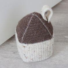 """Deurstopper """"huis"""" haken   draadenpapier   Gratis patroon #house #crochet #doorstopper Crochet Home, Crochet Granny, Knit Crochet, Doorstop Pattern Free, Free Pattern, Big Knits, Door Stopper, Knitted Hats, Bed Pillows"""
