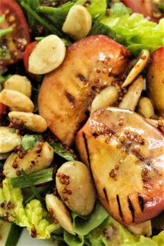 Sommerlicher Salat mit gegrilltem Pfirsich.