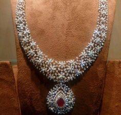 Saved by radha reddy garisa Pink Diamond Jewelry, Diamond Necklace Set, Emerald Jewelry, Gold Jewelry, Gold Necklace, Gold Jewellery Design, Bridal Jewelry, Feather Stitch, Diamonds