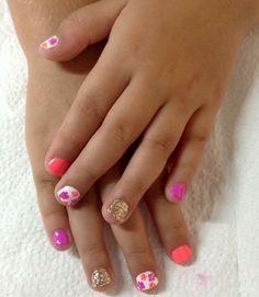 Decoración de uñas para chiquita, con colores vivos, dorado y flores hechas a mano alzada!