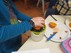 Hoe kun je je kind meer fruit laten eten? Maak samen een heerlijke fruitsmoothie.  http://beaskookclub.wordpress.com/2013/05/31/fruitsmoothies-maken-op-de-basisschool/