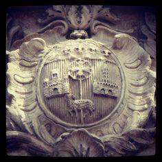 Armoiries de Toulouse en pierre sculptée surplombant l'entrée du Capitole de Toulouse.