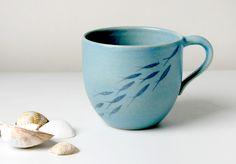 blauer+Kaffeebecher+mit+Fischen+von+Töpferwerkstatt+auf+DaWanda.com