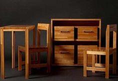 В мебельном комплекте, сделангом своими руками, комод, стол и два стула