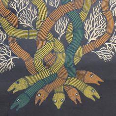 南インド・チェンナイを拠点にトライバルアートの絵本で国際的に高い評価を受けている出版社、TARA BOOKS。絵本の他にも、熟達したシルクスクリーンの技術を用いたアート作品も制作しています。その中で「SNAKES AND EARTH」は、絵本「The Night Lefe of Trees」に収められたゴンド画家、バジュー・シャムの作品です。〜本文より〜「ヘビと大地」地球はヘビの女神のとぐろにくるまれている。そして木の根も地球のいたるところに巻きつき、木を支えている。もしあなたが地球を描くなら、それをヘビの姿で表すこともできる。それは同じものだから。Artist: バジュー・シャム BHAJJU SHYAM Area: インド・マディヤプラデーシュ州Print size: 43cm × 56 cm (額装時 45×57.5cm)シルクスクリーンプリント シリアルナンバー付き (190/200)コットンペーパー (廃棄される綿の生地を再利用した紙)¥ 32,000(税・額装込) Doodles, Abstract, Artwork, Summary, Work Of Art, Auguste Rodin Artwork, Artworks, Donut Tower, Doodle