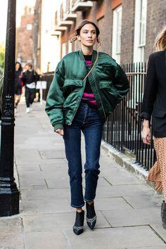Street style at London Fashion Week Spring-Summer 2019 © Sandra Sembur . - Street style at London Fashion Week Spring-Summer 2019 © Sandra Sembur … map - London Fashion Weeks, London Fashion Week Street Style, La Fashion Week, Trend Fashion, Cool Street Fashion, New York Fashion, Look Fashion, London Street, Jeans Fashion